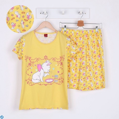 W8C1B34 ผ้ายืด คอกลม ลายลิขสิทธิ์แมวมาลี  ลายแมวน้อยดื่มนมกับมาการอง พื้นสีเหลือง